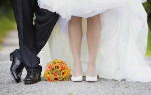 groom-bride-feet-flowers